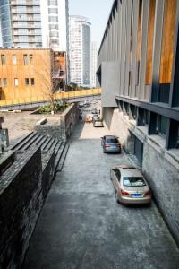 """宁波美术馆的""""小巷""""是可以穿行的通道,和建筑的次入口"""